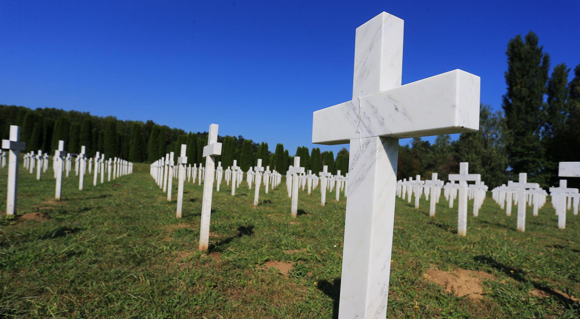 Brojni Vukovarci na Memorijalnom groblje žrtava iz Domovinskog rata i na Ovčari