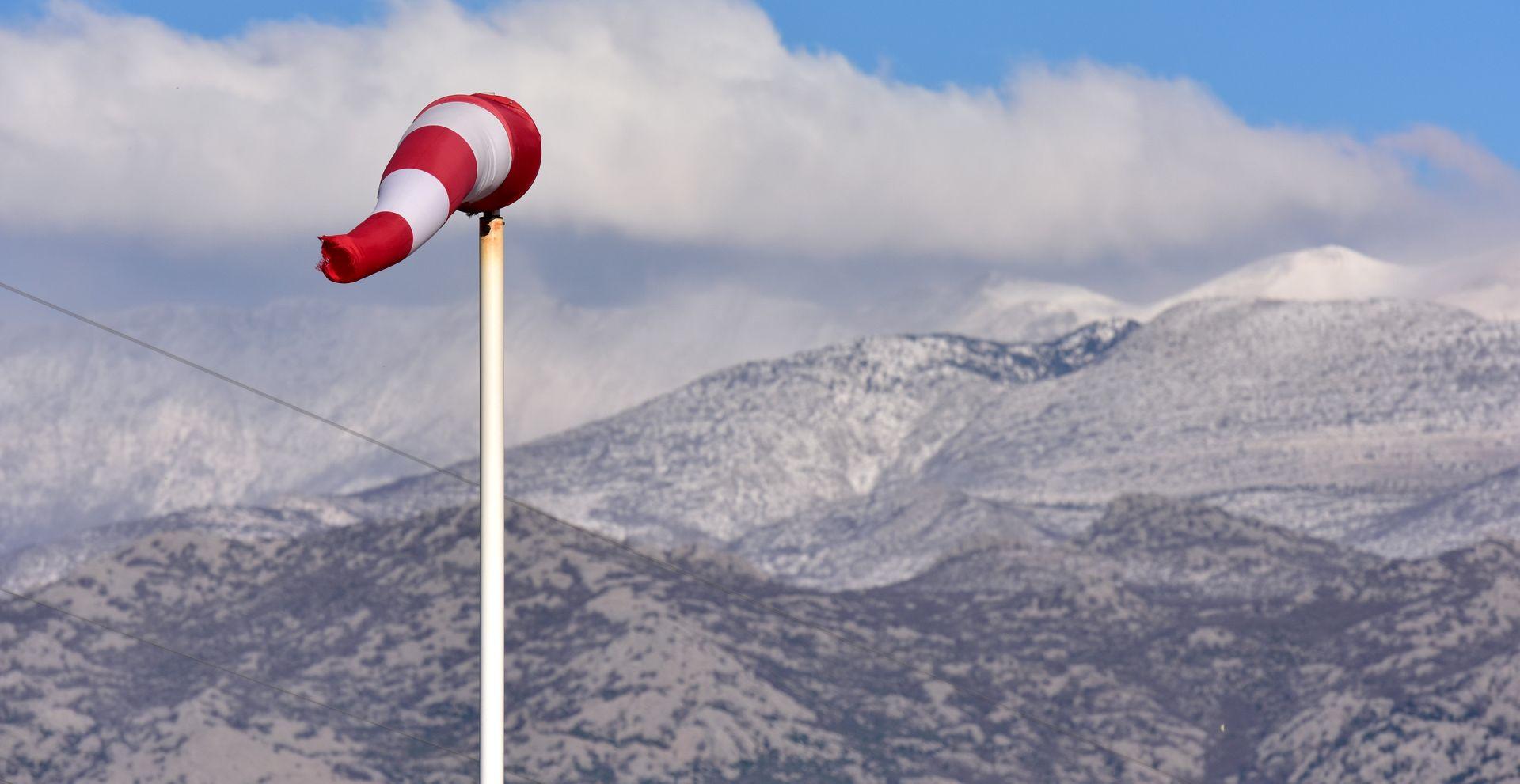 HAK Olujni vjetar otežava promet, zimski uvjeti u Lici, zatvorena autocesta A1 Sveti Rok – Maslenica