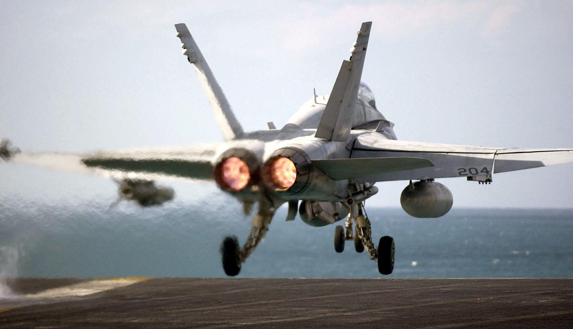Dva vojna zrakoplova sudarila se u zraku iznad San Diega, oba pilota preživjela