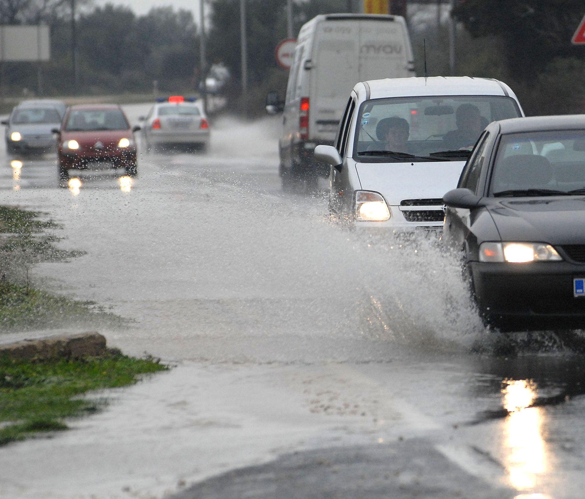 NEVRIJEME U MAKARSKOJ: Velika količina kiše izazvala zastoje u prometu
