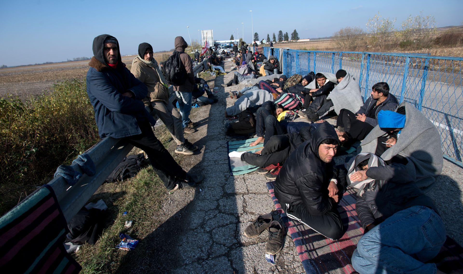 STANJE NA GRANICI: Migranti iz Pakistana i Afganistana preko polja žele u RH