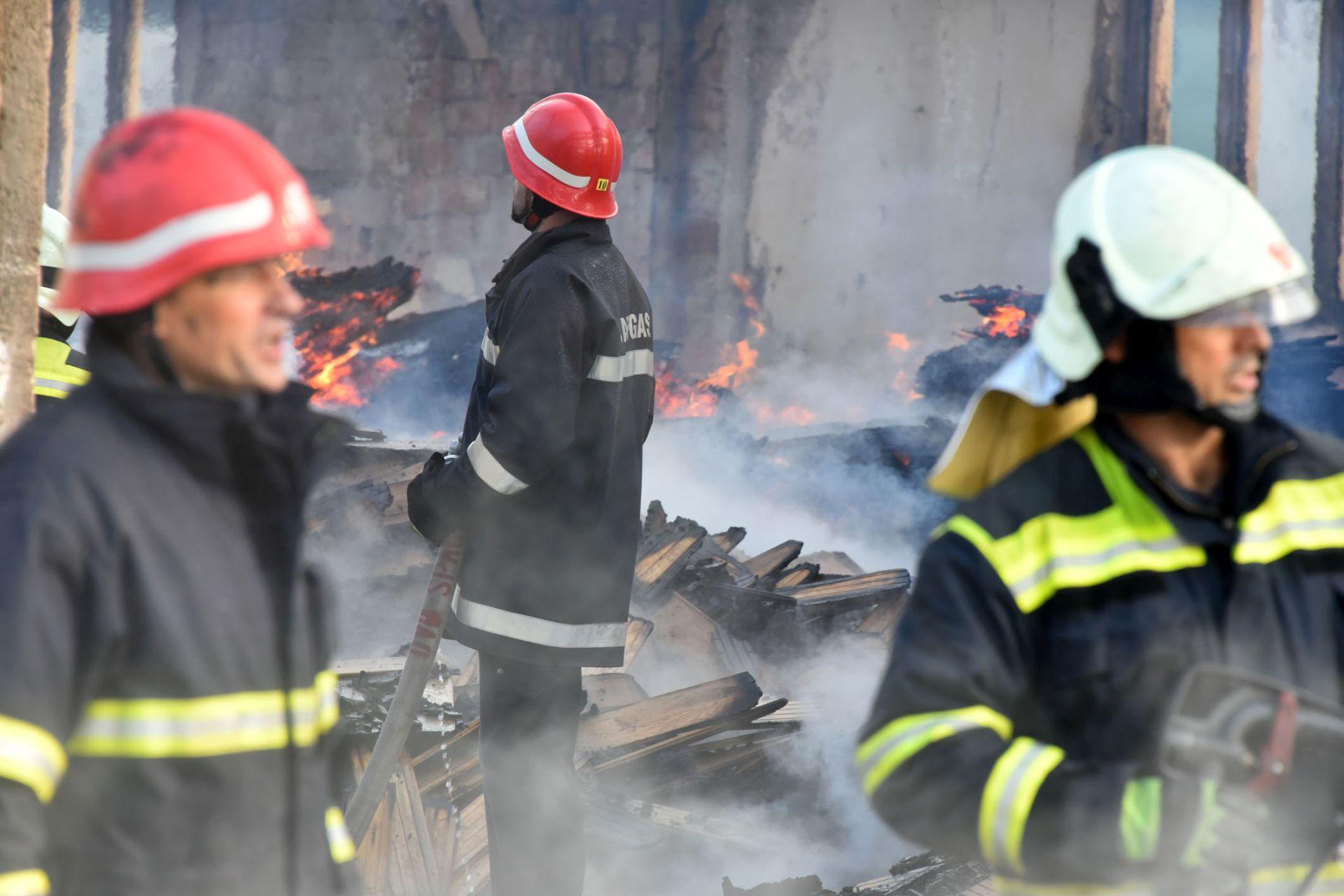 POŽAR KOD BIVŠEG VOJNOG SKLADIŠTA KOD SESVETA Jedan vatrogasac ozlijeđen, čuju se eksplozije streljiva