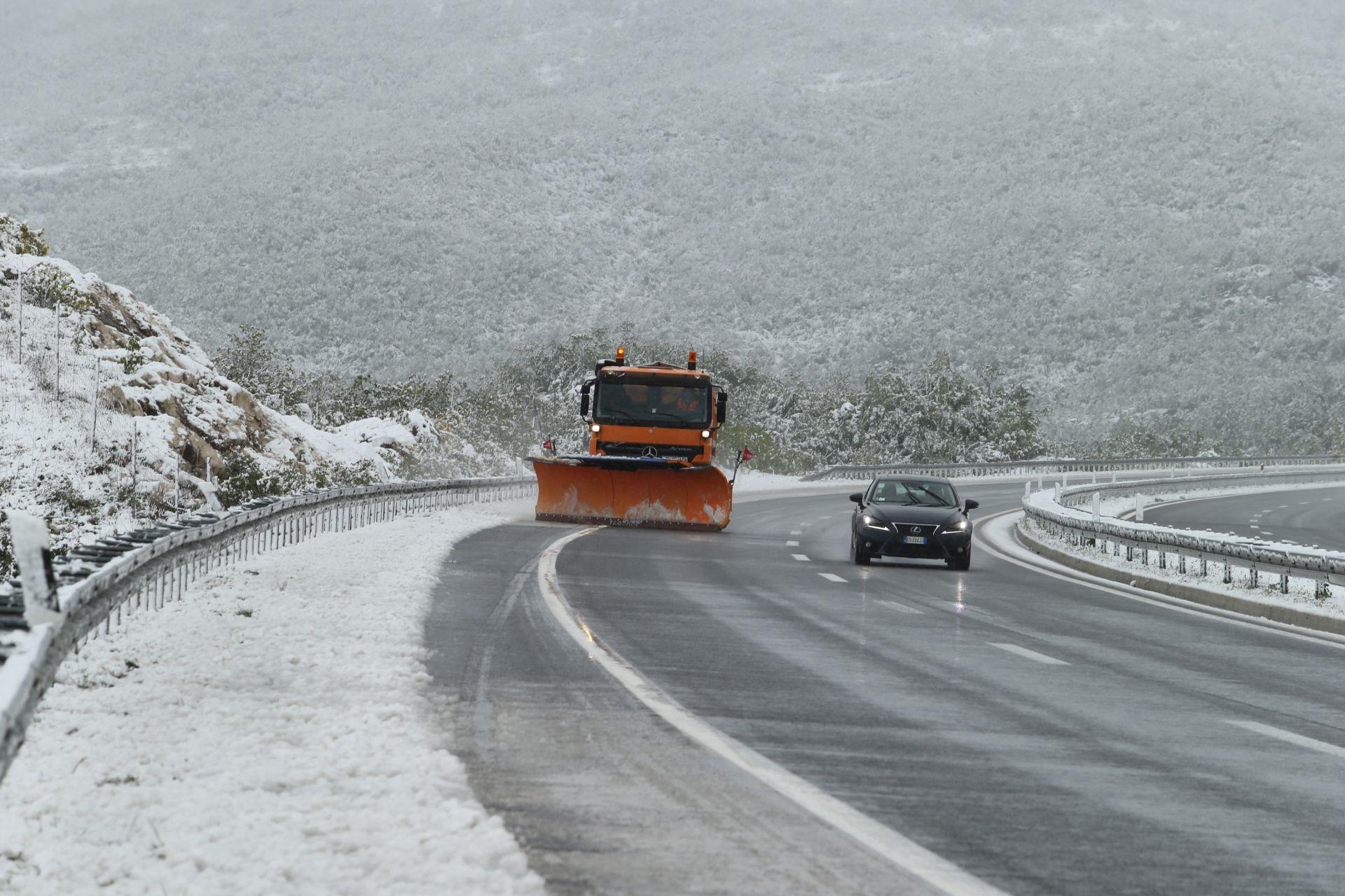 OČEKUJE SE SNIJEG: Na slovenske ceste popodne i sutra sa zimskom opremom
