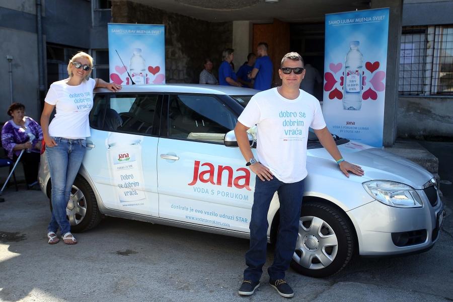 Lana Baric i paraolimpijac Mihovil Spanja ispred vozila doniranog udruzi STAR u Petrinji