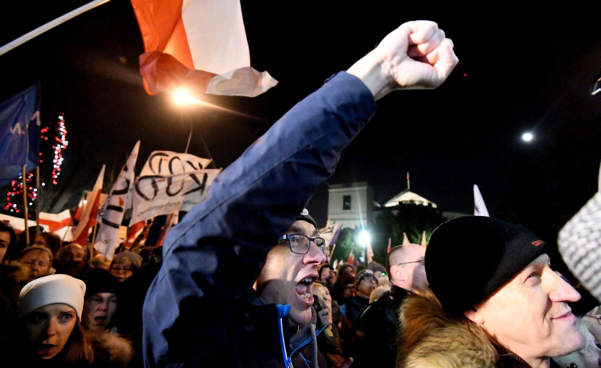 Policija probila blokadu poljskog parlamenta, Szydlo i Kaczynski uspjeli izaći