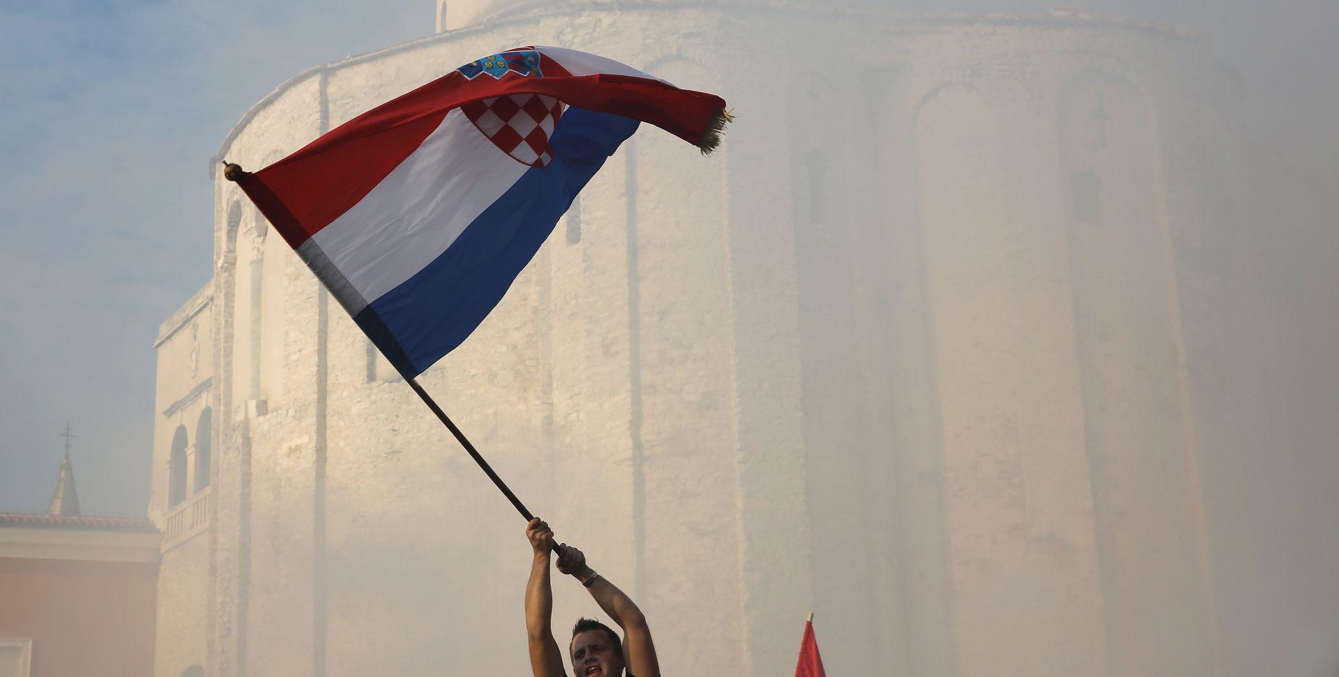Privedena trojica mladića zbog paljenja hrvatske zastave u Srbiji