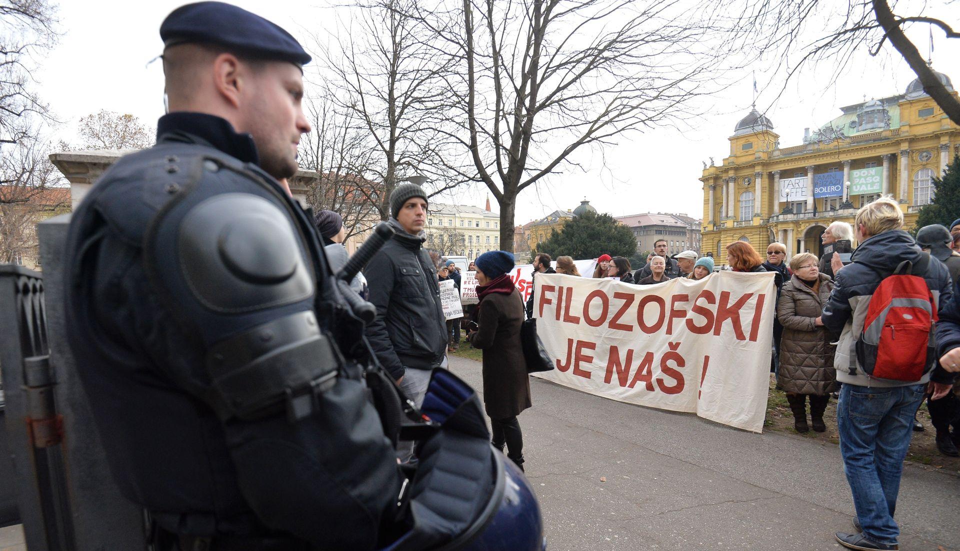 FOTO: Interventna štiti Borasa od studenata Filozofskog