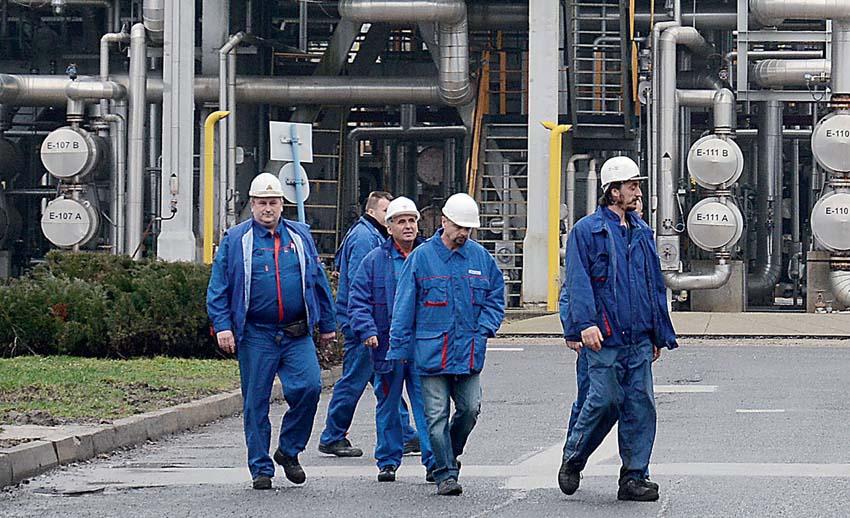 DOKUMENTI OTKRIVAJU: Sisačka rafinerija donosi milijune, MOL skriva Vladi prave podatke