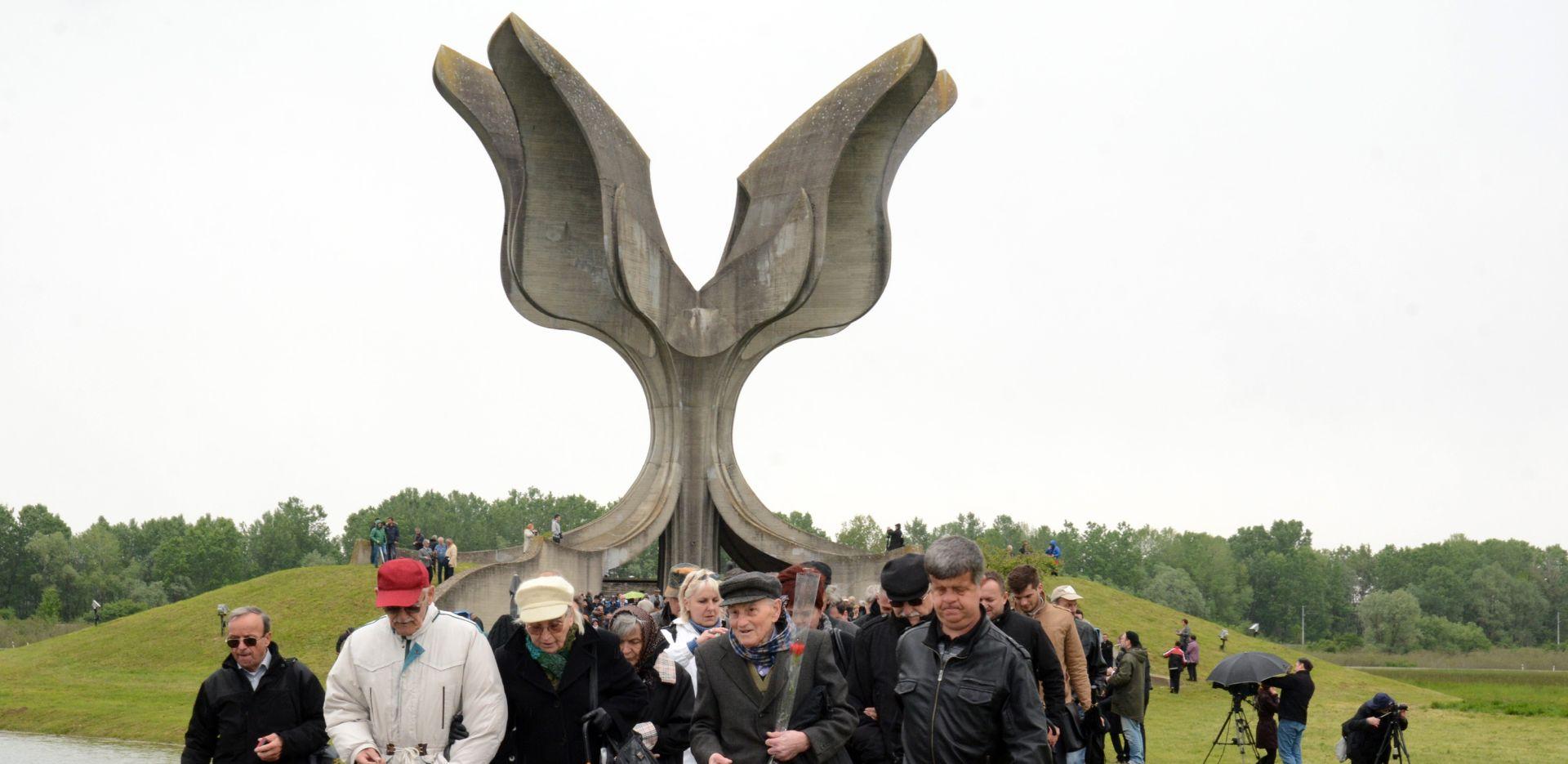 NOVOSTI Usred Jasenovca podignuta ploču s ustaškim pozdravom