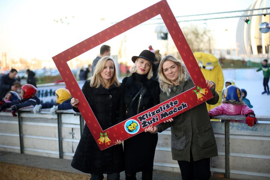 Sanja-Vladović-direktorica-marketinga-Arena-Centra-pjevačica-Ivana-Marić-i-voditeljica-klizališta-Žuti-mačak-Antonija-Kolarić