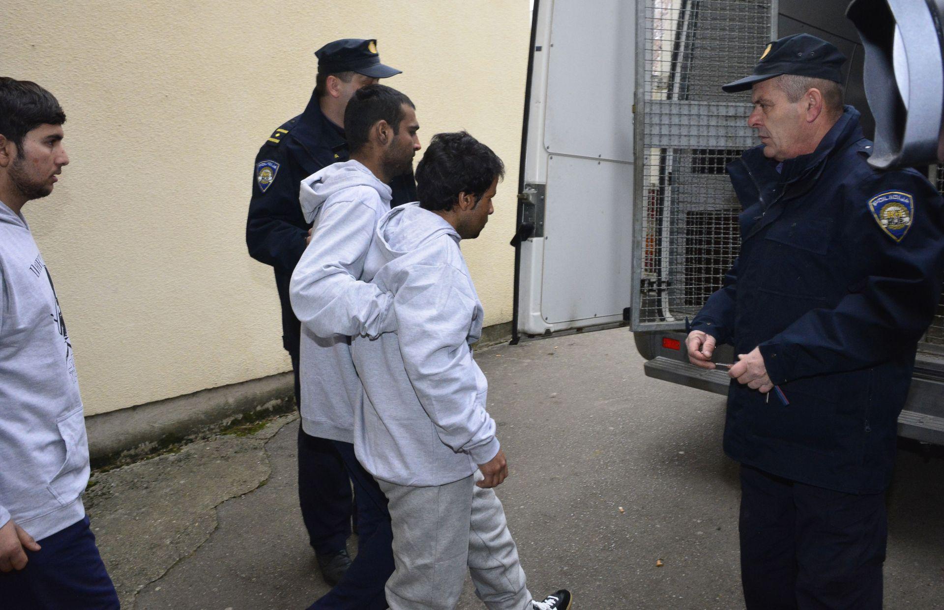 ODREĐEN JEDNOMJESEČNI PRITVOR: Prevozili migrante za 4.000 eura, prijeti im kazna zatvora od osam godina