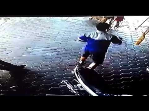VIDEO Otac spasio u zadnji trenutak djecu pred jurećim automobilom