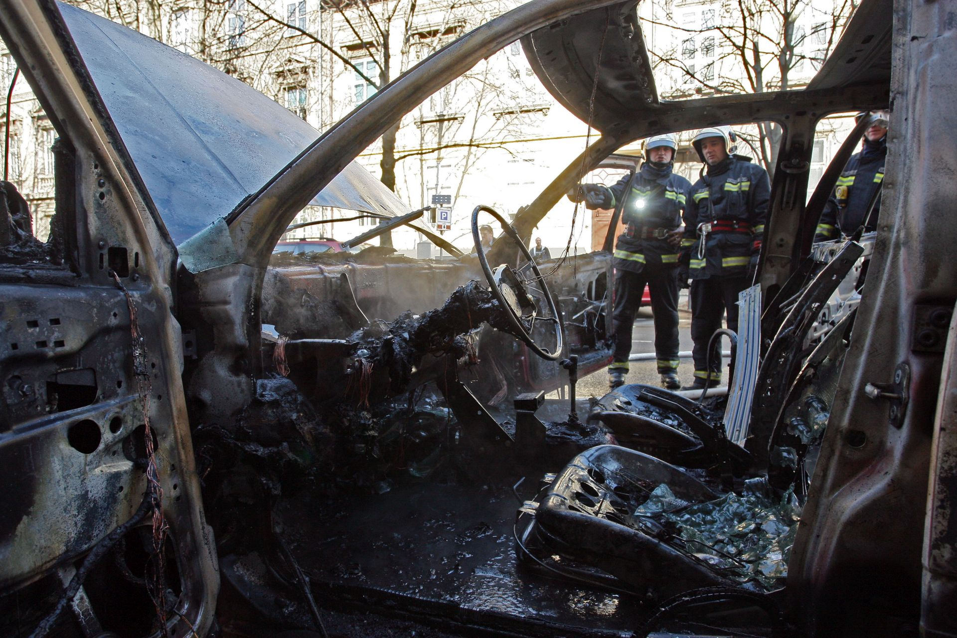 SOLIN Nepoznati počinitelji zapalili Porsche i Mercedes