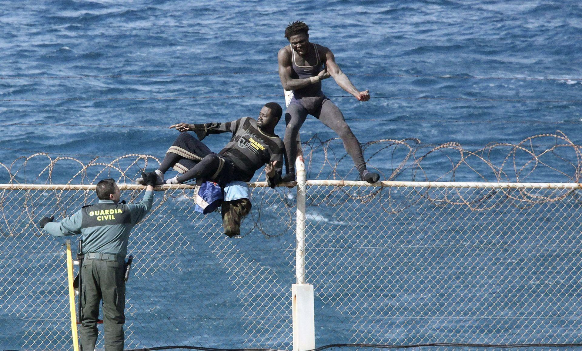 Tisuću migranata u Ceuti pokušalo probiti ograde