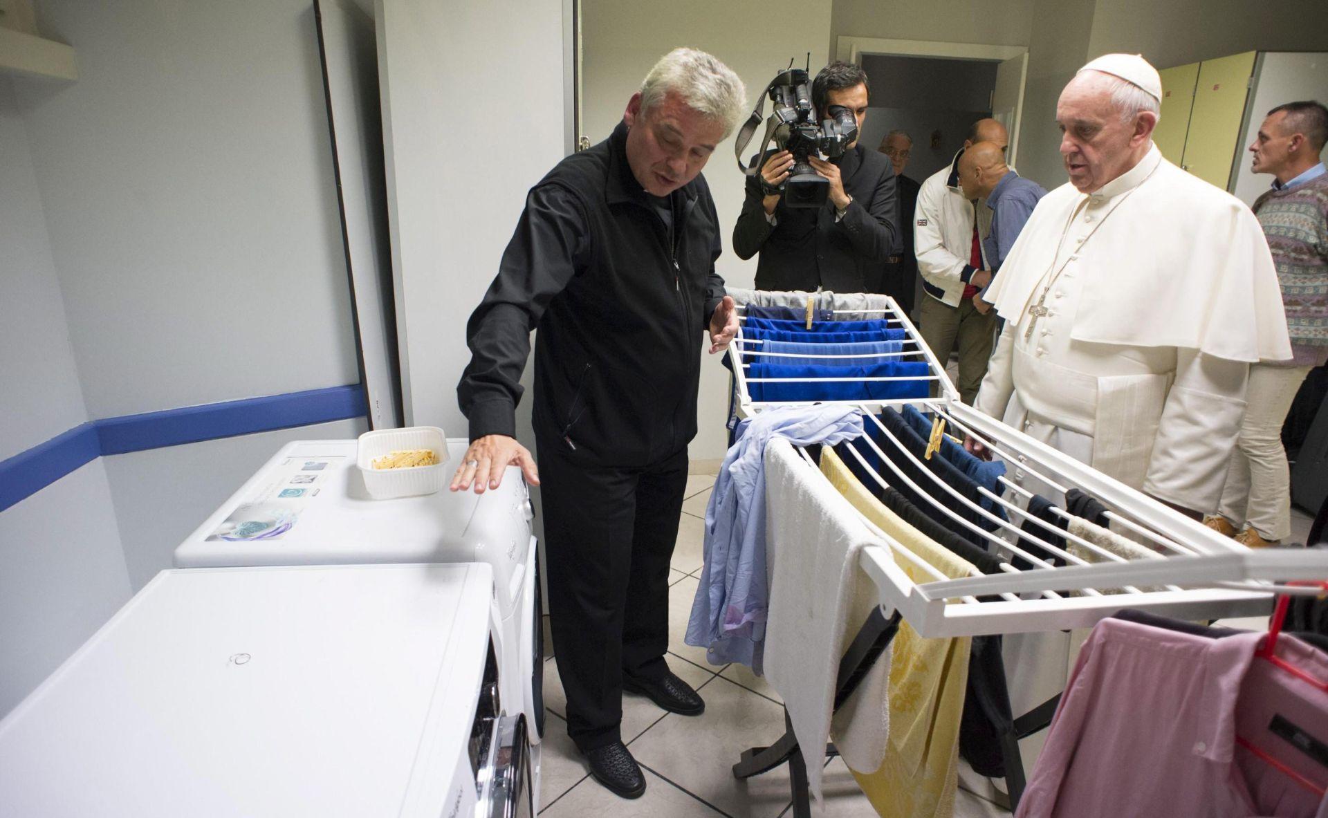 U Rimu pogođenom hladnim valom Papa beskućnicima dijelio vreće za spavanje