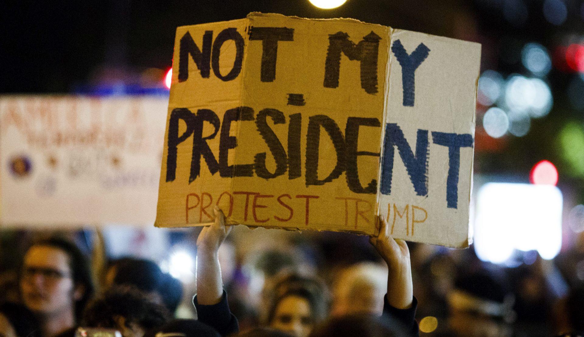 Trump na Twitteru napao crnačkog kongresmena Lewisa