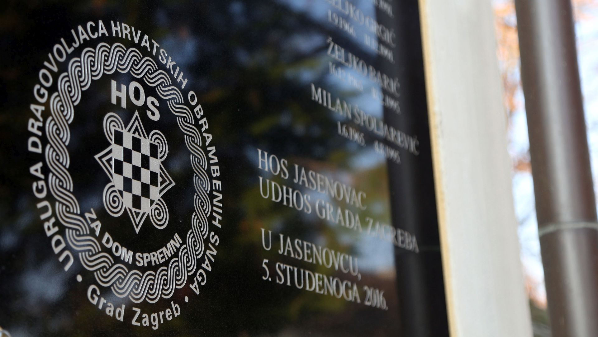 NAPADNUT SNIMATELJ HRT-A Prosvjed antifašista u Jasenovcu ispred ploče HOS-a