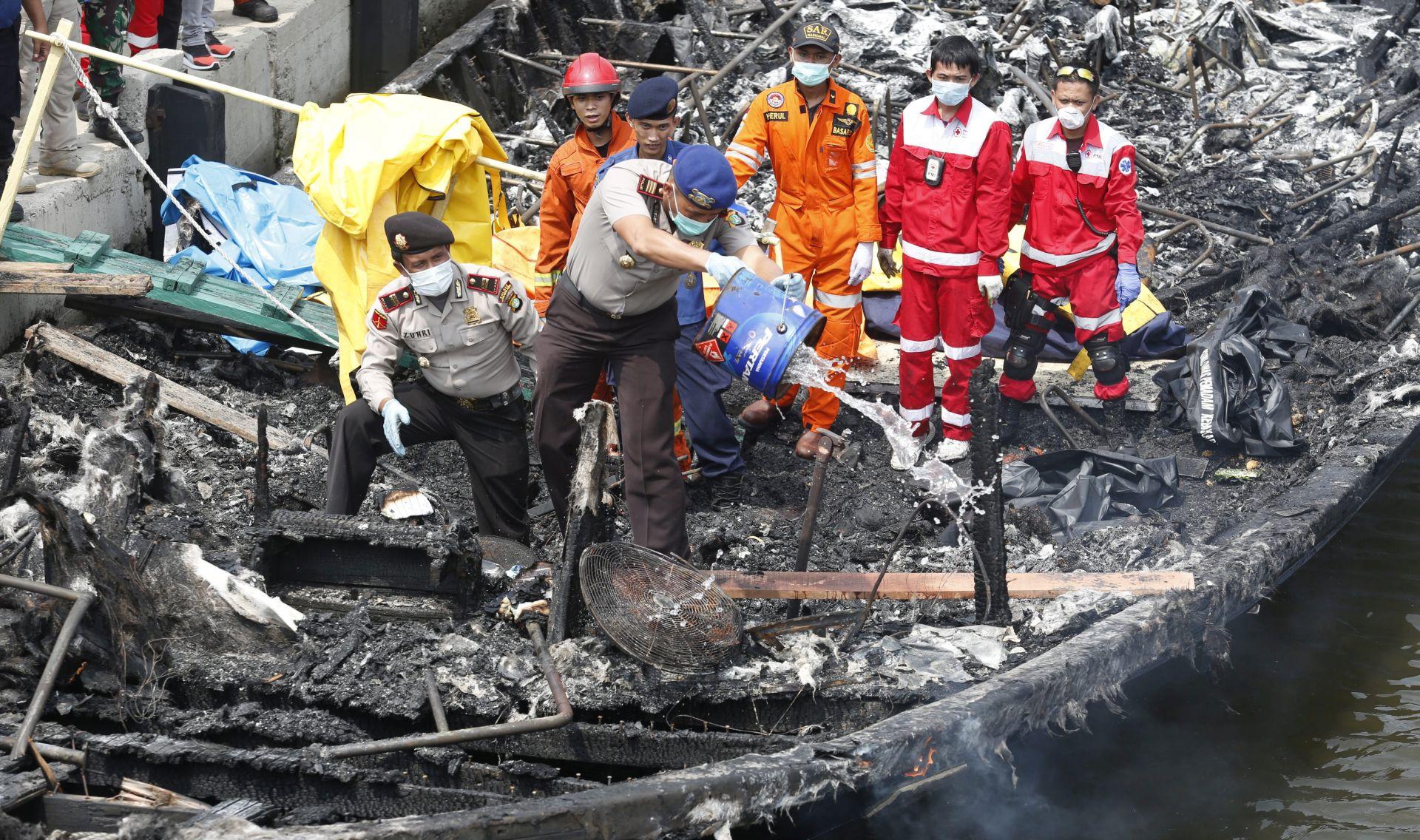 INDONEZIJA Zapalio se drveni turistički brod, najmanje 23 osobe poginule