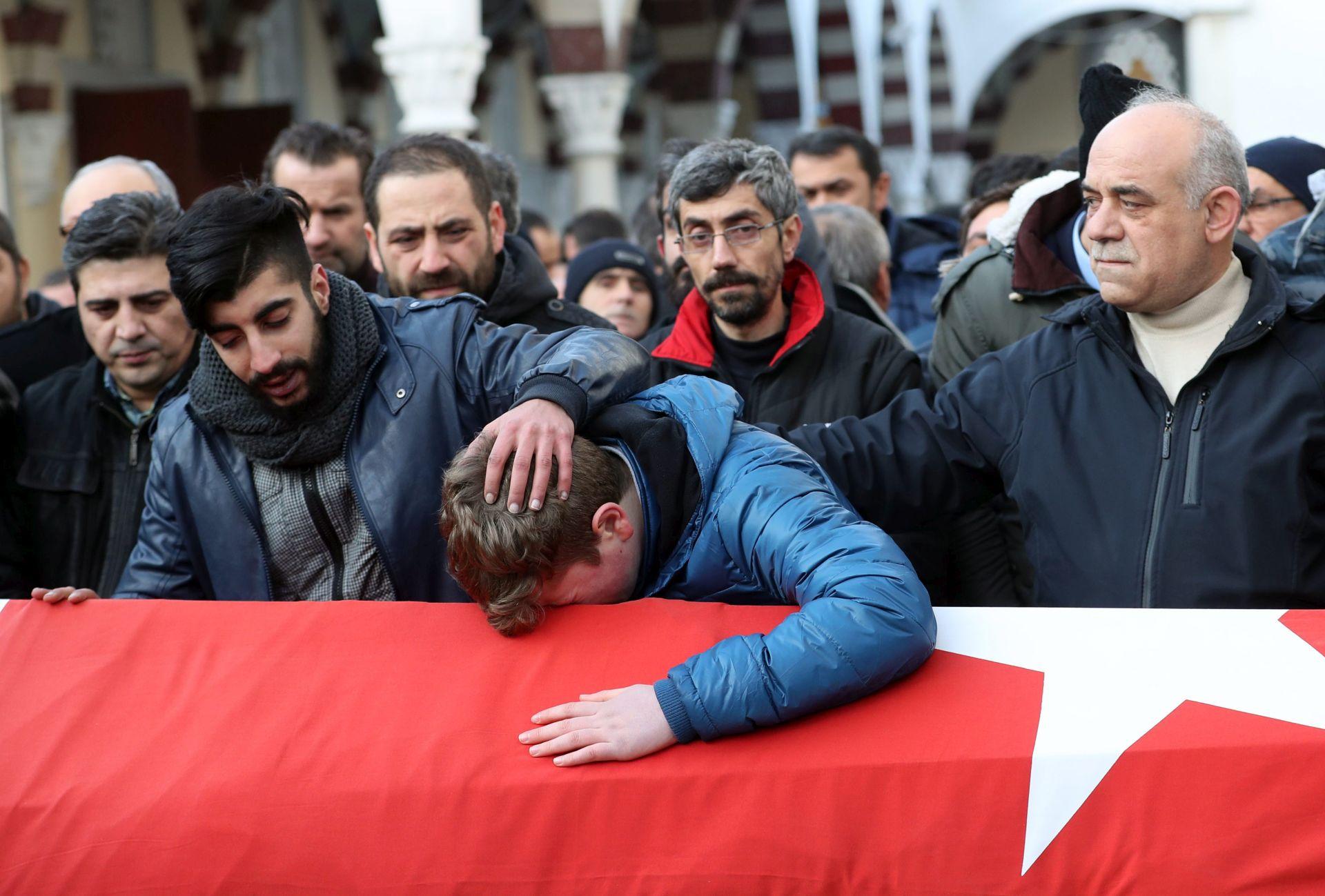 POTRAGA ZA NAPADAČEM U TIJEKU Motiv nepoznat, prvo ubijen policajac koji je preživio napad na stadion Bešiktaša