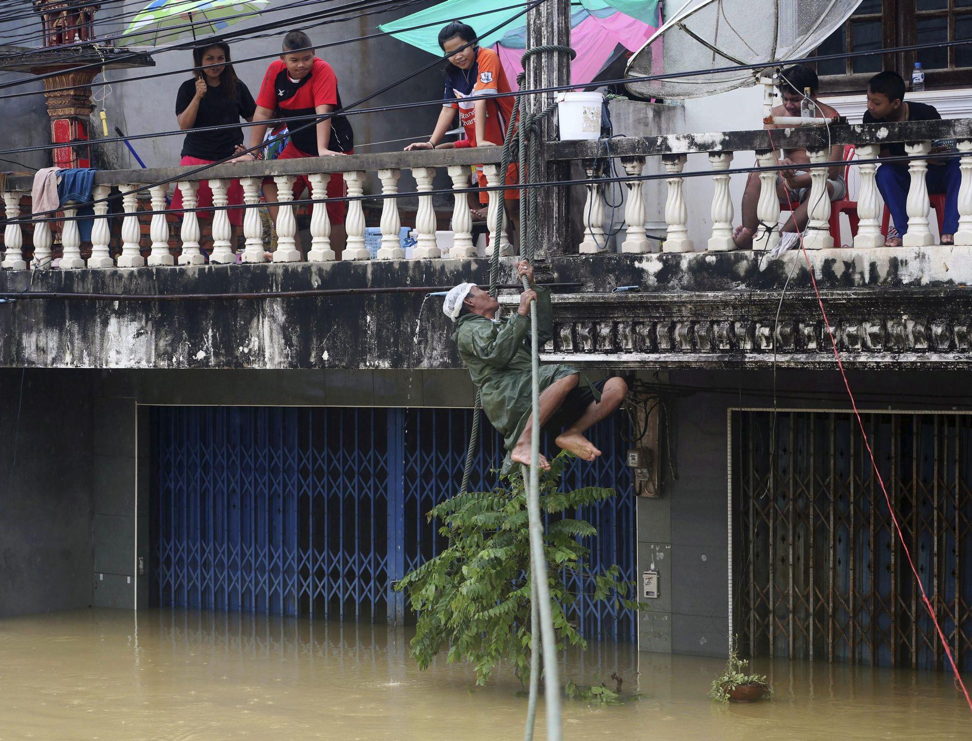 TAJLAND Najmanje 40 poginulih u velikim poplavama