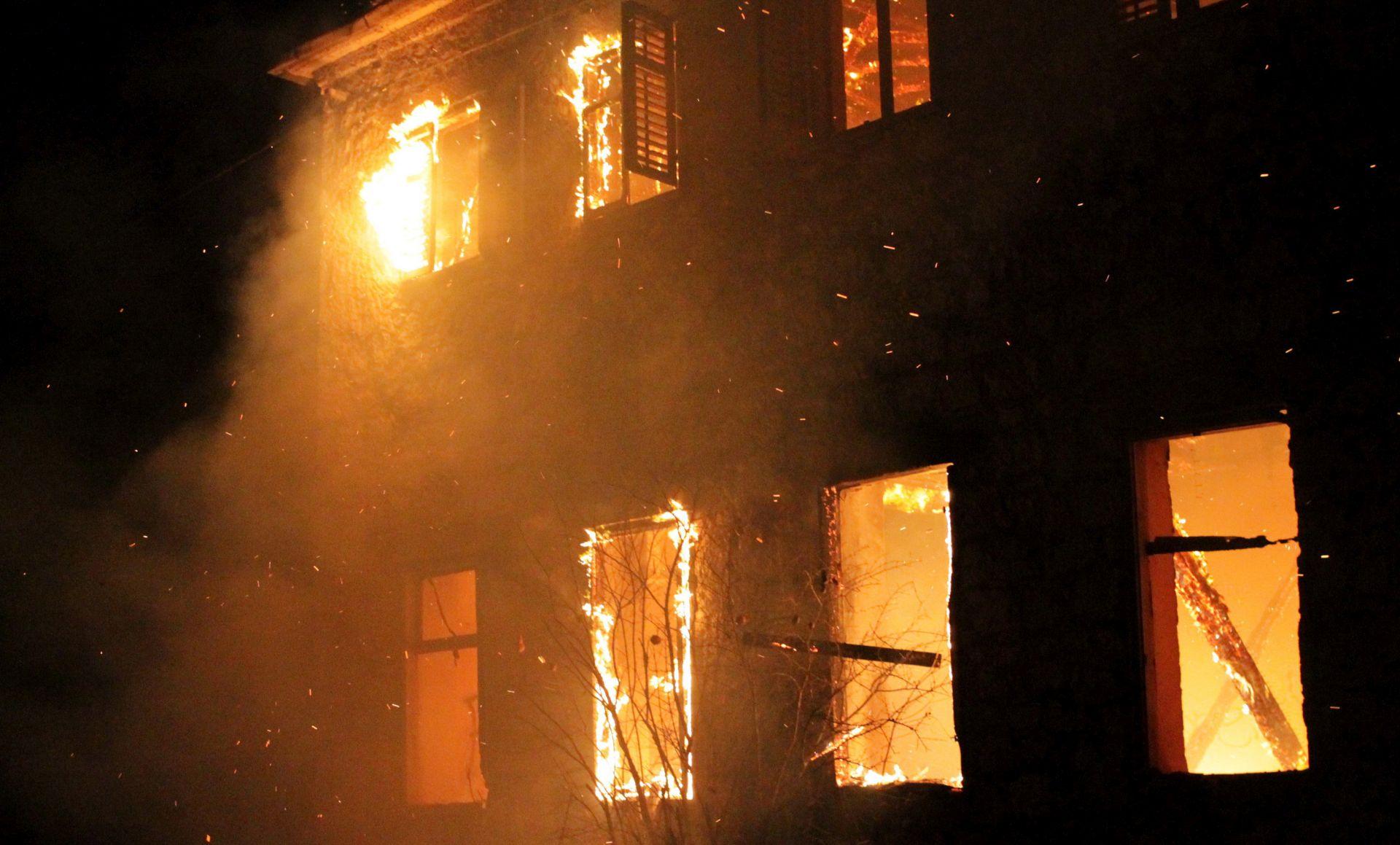 FOTO: Orkanska bura rasplamsala vatru, izgorjela škola u Vrgorcu