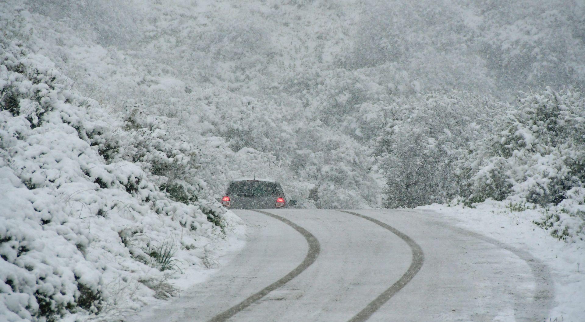 Obavezna zimska oprema u Lici, prekinut promet u Ivankovu