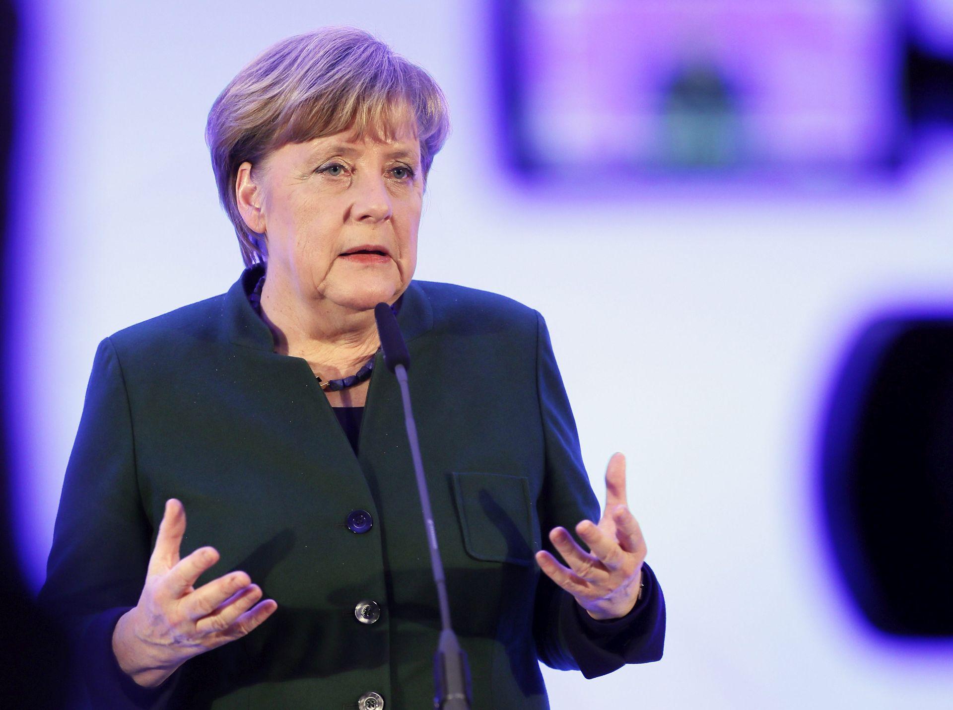 Merkel zadovoljna zbog više jasnoće u vezi s Brexitom nakon govora May