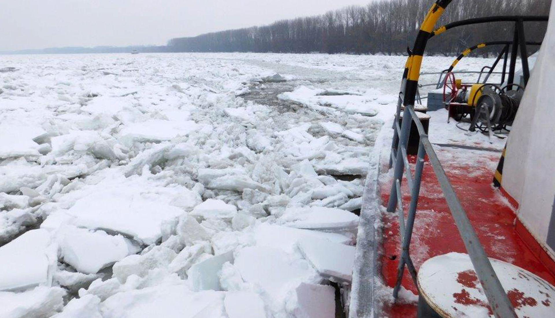 Mađarski ledolomci probijaju led na Dunavu prema Dalju