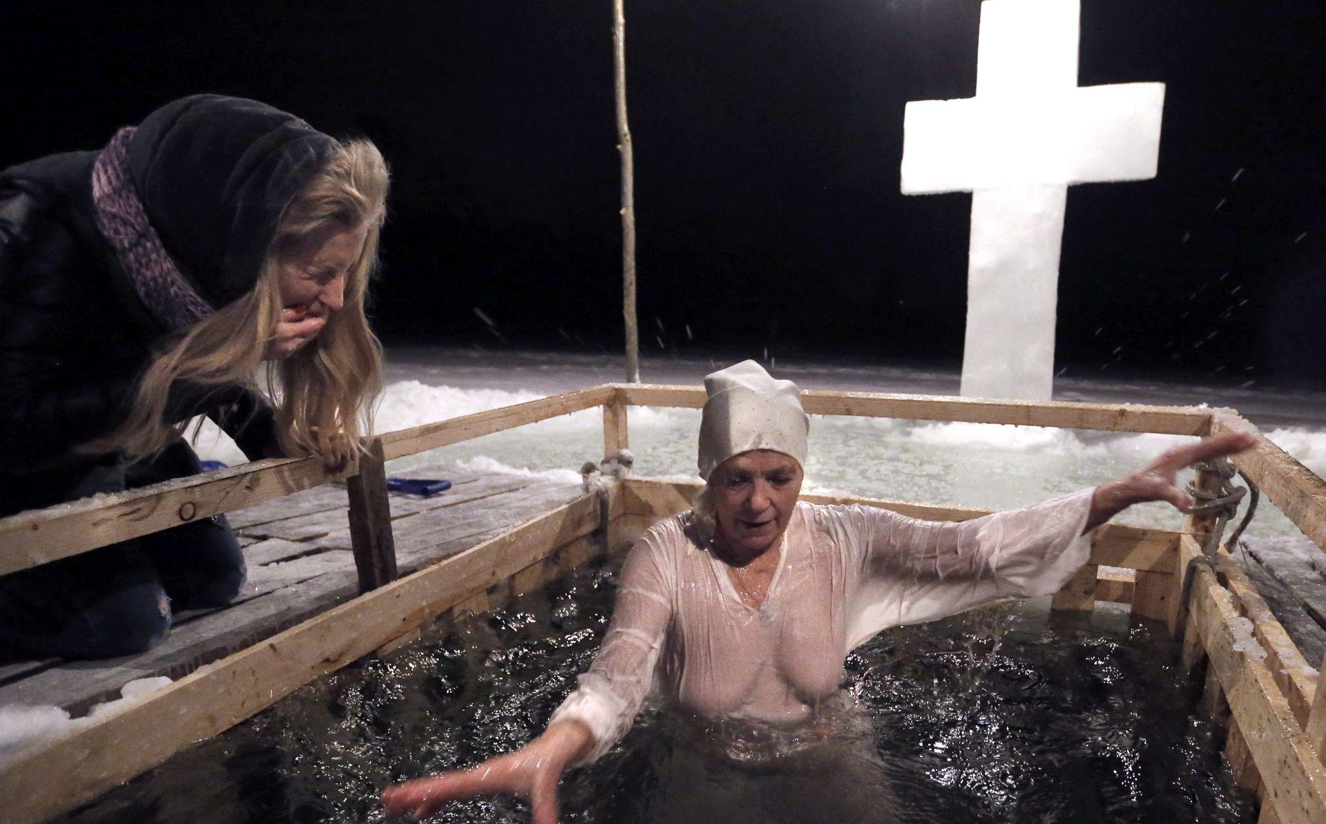 Dva milijuna Rusa okupalo u ledenoj vodi za pravoslavno Bogojavljenje