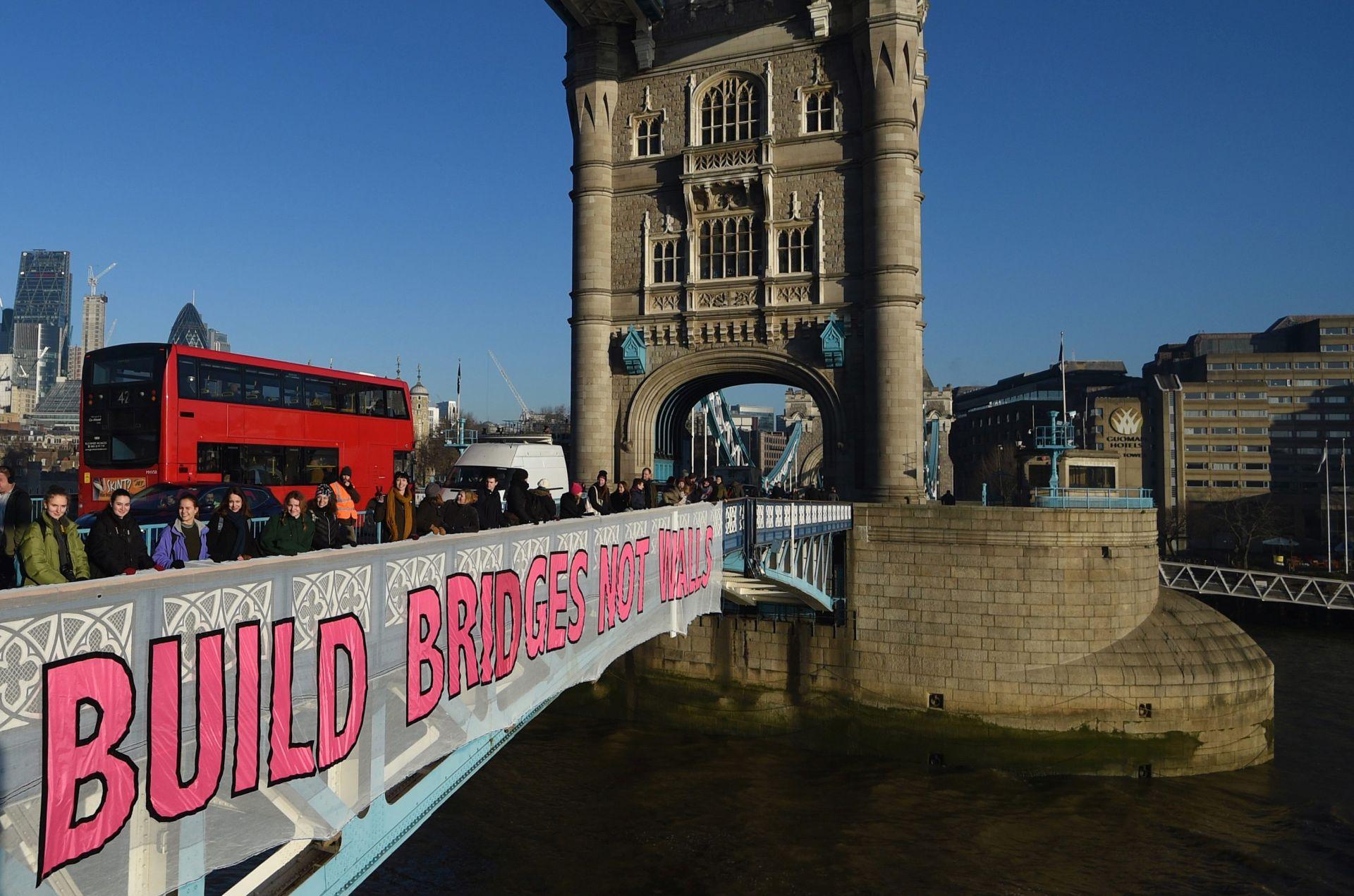 BRITANSKI PROSVJEDNICI PORUČILI TRUMPU Gradite mostove, a ne zidove