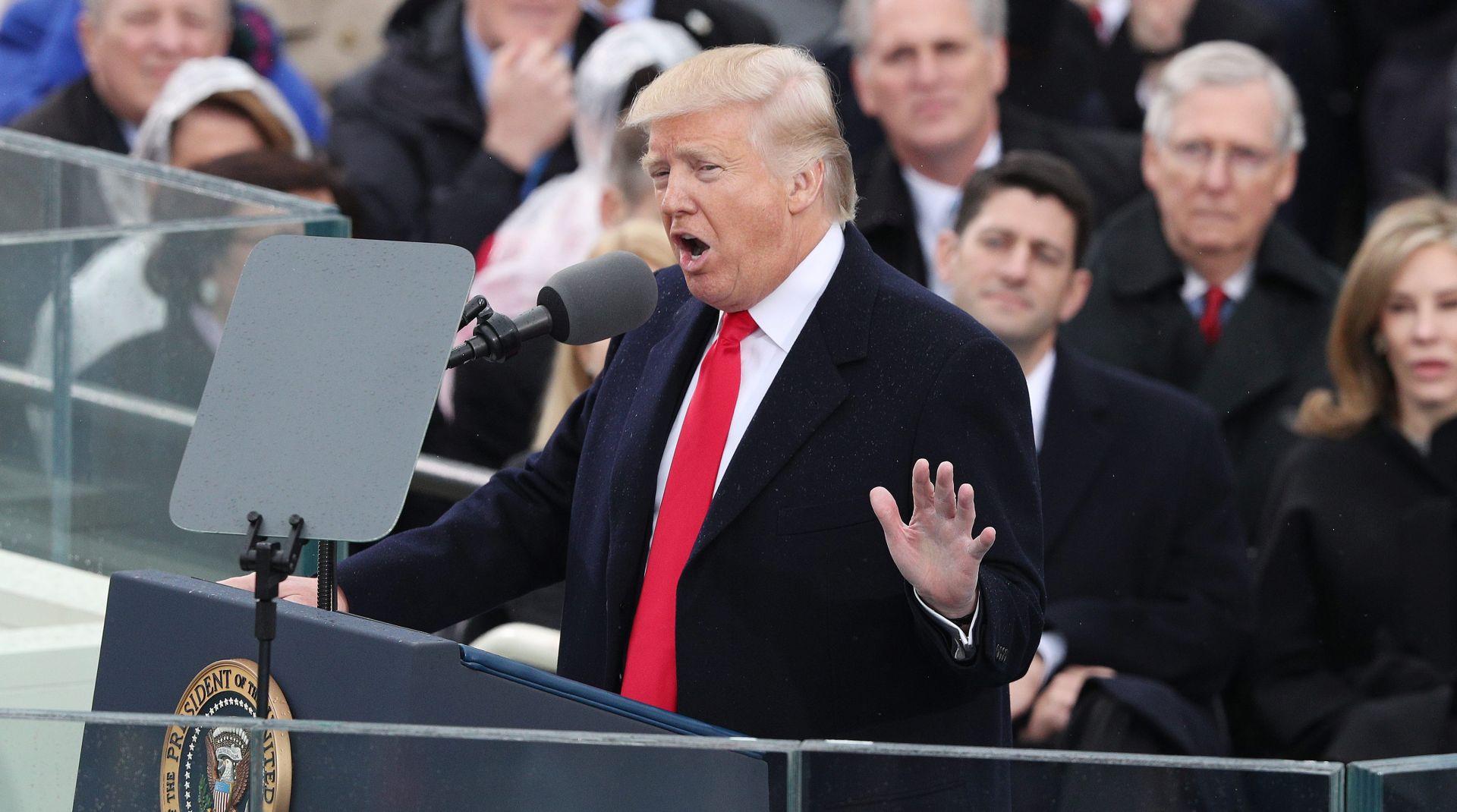 """FOTO: Trump prisegnuo uz obećanje """"Amerika na prvom mjestu"""""""