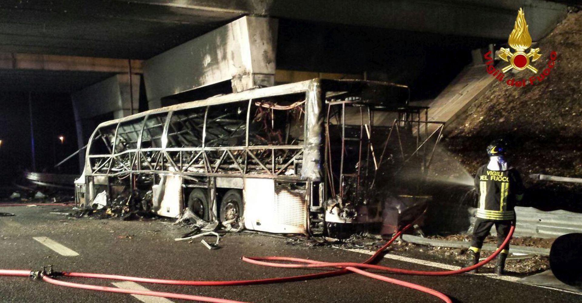 ITALIJA Autobus s mađarskim školarcima zabio se u stup i zapalio, najmanje 16 poginulih