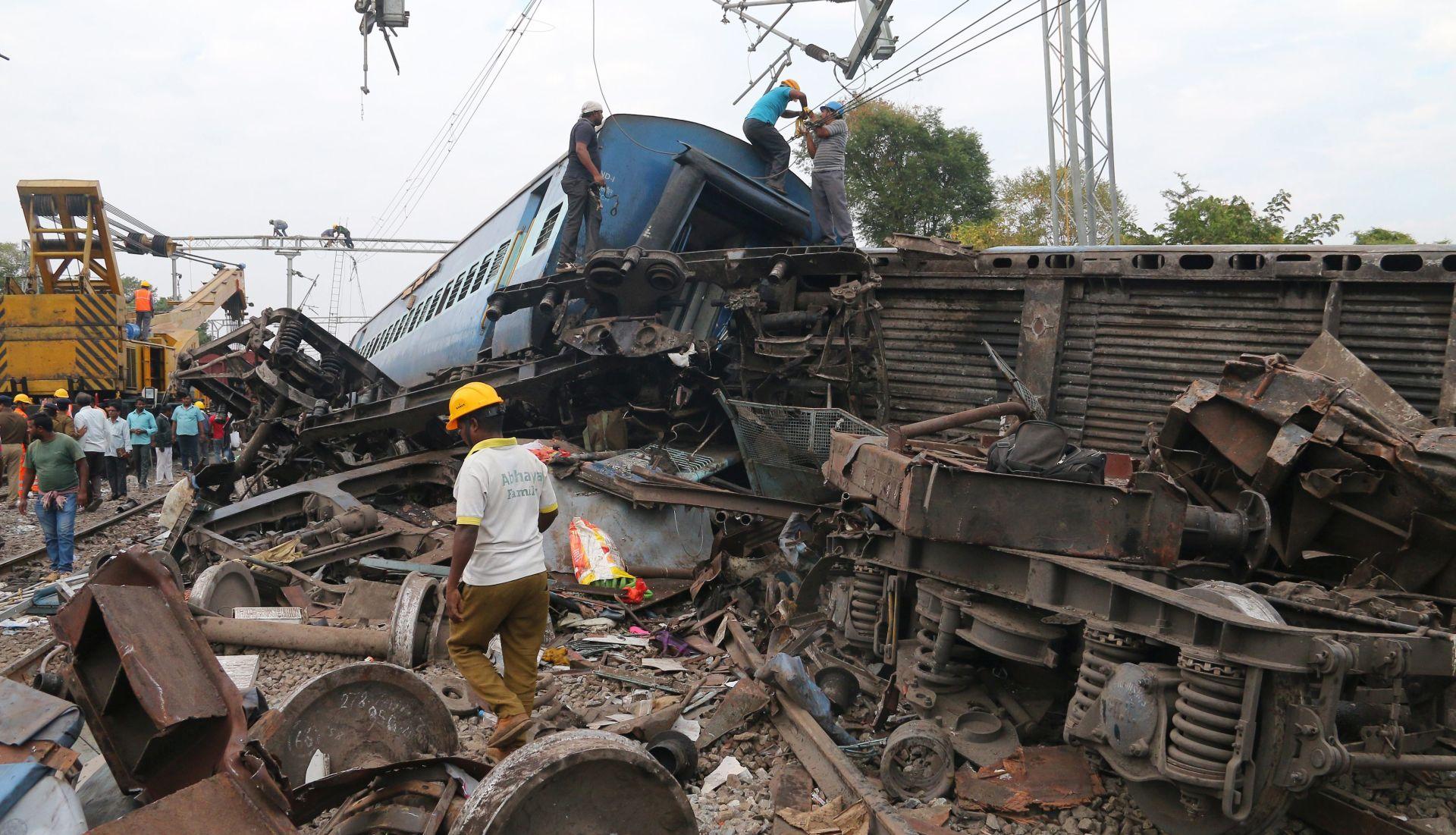 PORASTAO BROJ POGINULIH U iskliznuću vlaka s tračnica u Indiji 39 mrtvih