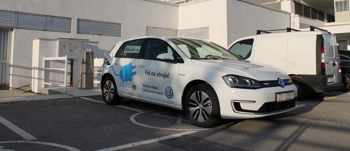 Jadran d.d. postavio prvu punionicu za električna vozila u Gradu Crikvenici