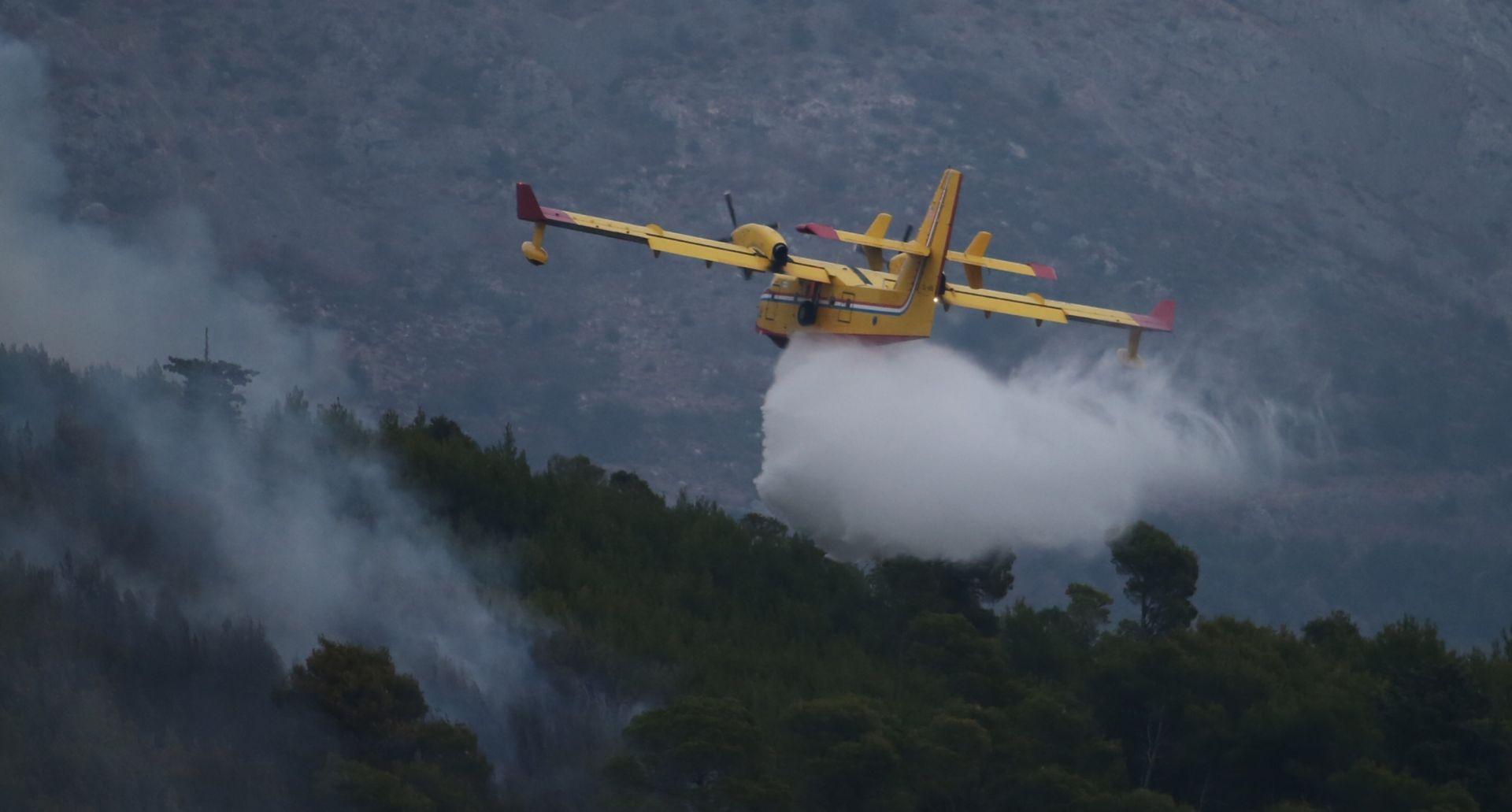 Požar u Žrnovnici se smanjio, cjelu noć dežurat će 60-ak vatrogasaca