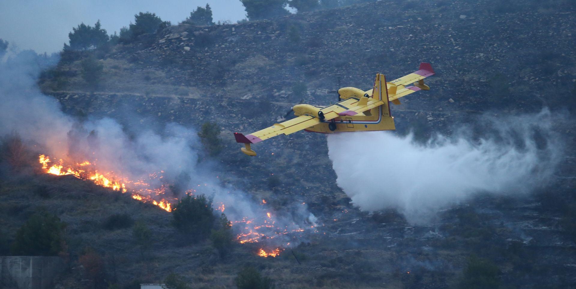 Požar u Žrnovnici se proširio, gasili kanader i air traktor