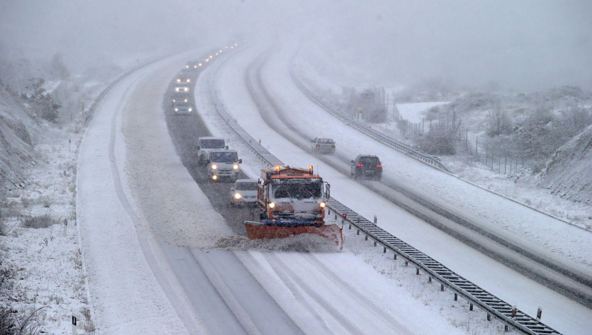 Snijeg, nanosi i bura zatvorili nekoliko prometnica u jugozapadnoj BiH