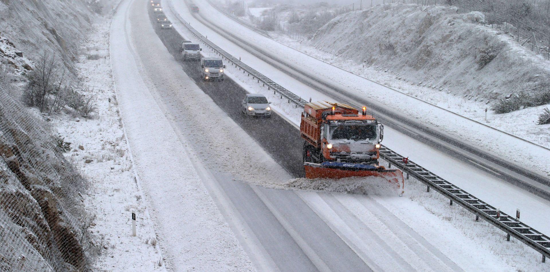 HAK Teški uvjeti u prometu, ograničenja u cestovnom i pomorskom prometu zbog zimskih uvjeta i jakog vjetra