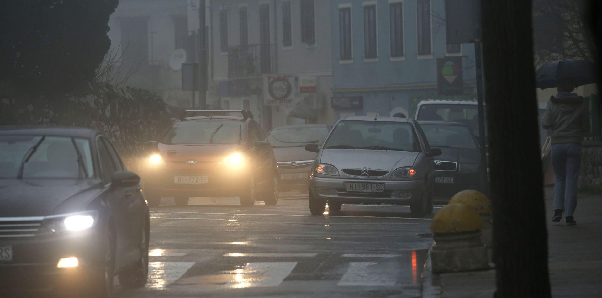 HAK Kiša i mokri kolnici usporavaju promet, magla smanjuje vidljivost