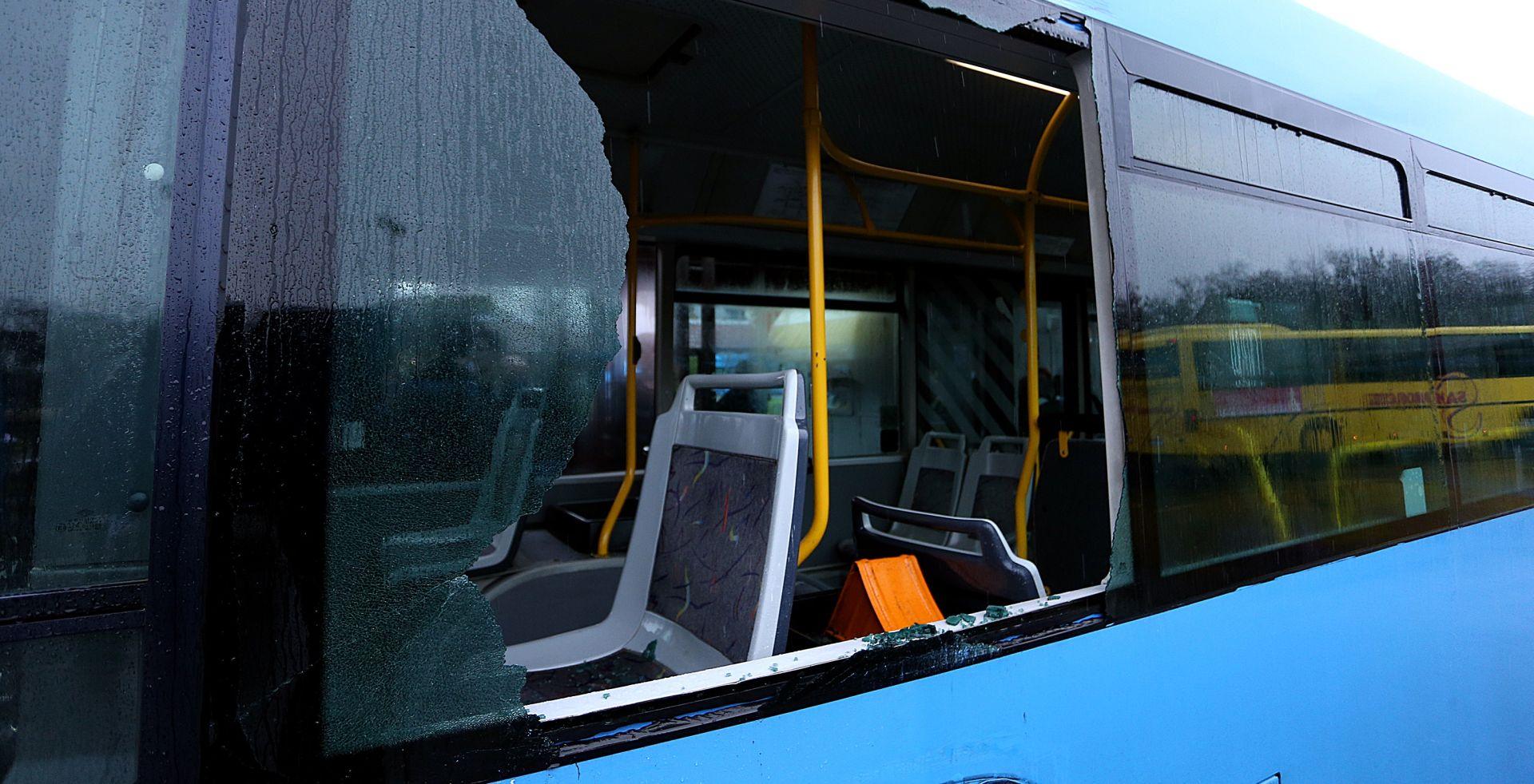 DRNIŠ 72-godišnjak porazbijao sva stakla na parkiranom autobusu