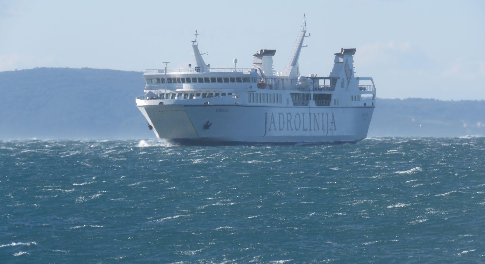 VELA LUKA Trajekt zbog jakog vjetra udario u lučko signalno svijetlo, potopljena manja brodica