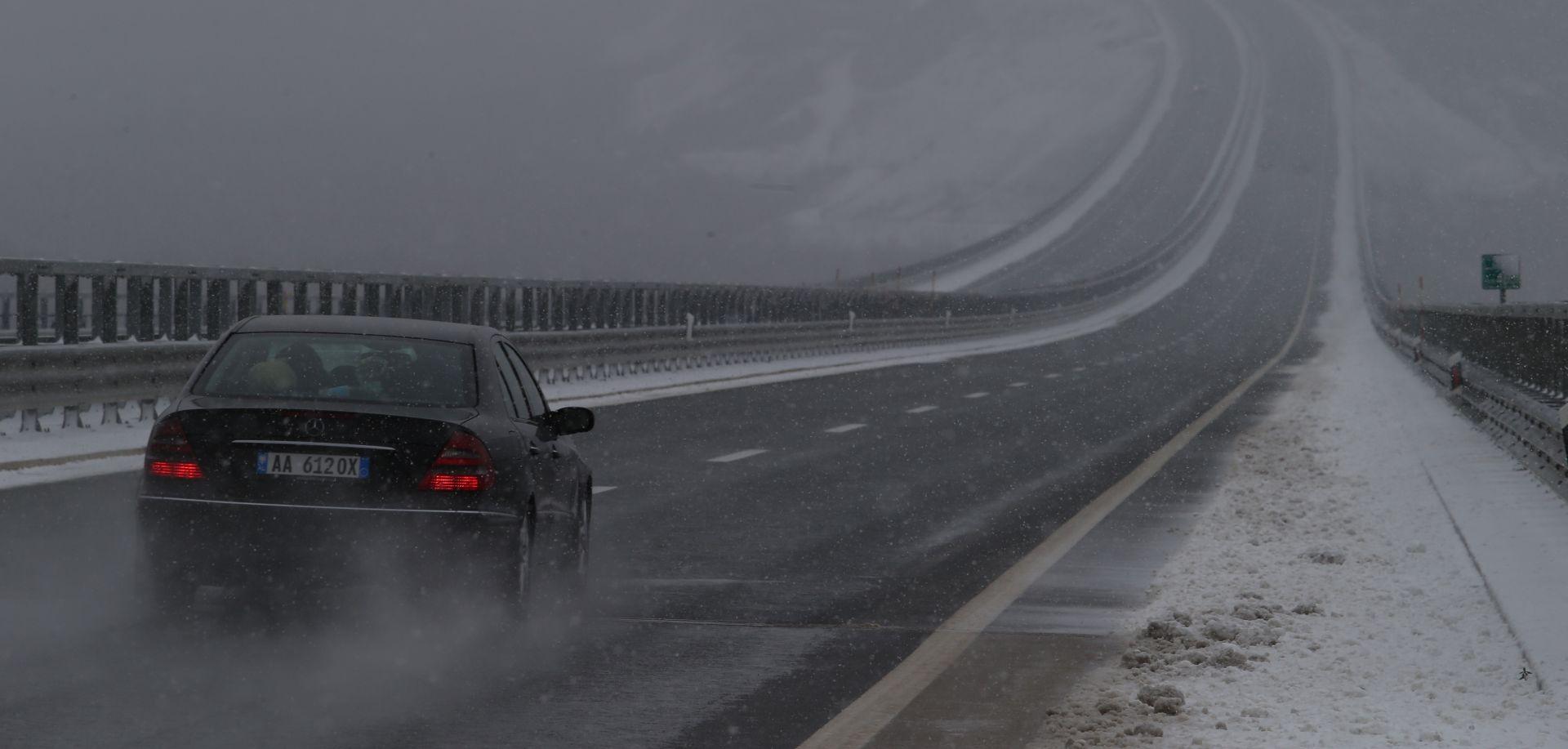 HAK Zbog niskih temperatura moguća poledica, magla smanjuje vidljivost, jak vjetar na A6