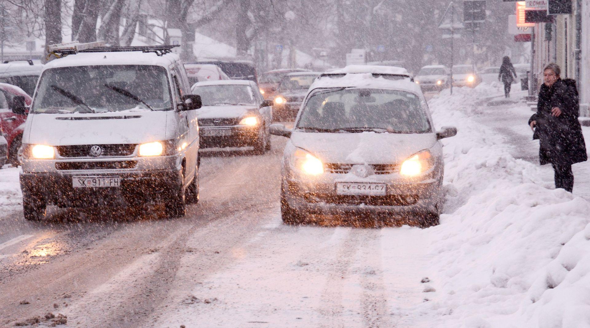 Snijeg i vjetar rade probleme u prometu, HAK poziva vozače da odgode putovanje