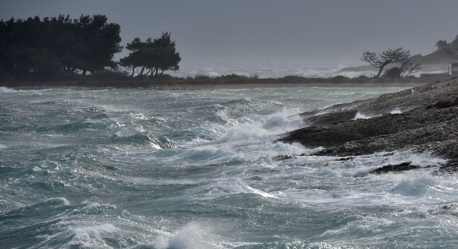 KIŠA U CIJELOJ ZEMLJI Zbog jakog vjetra odsječen dio otoka
