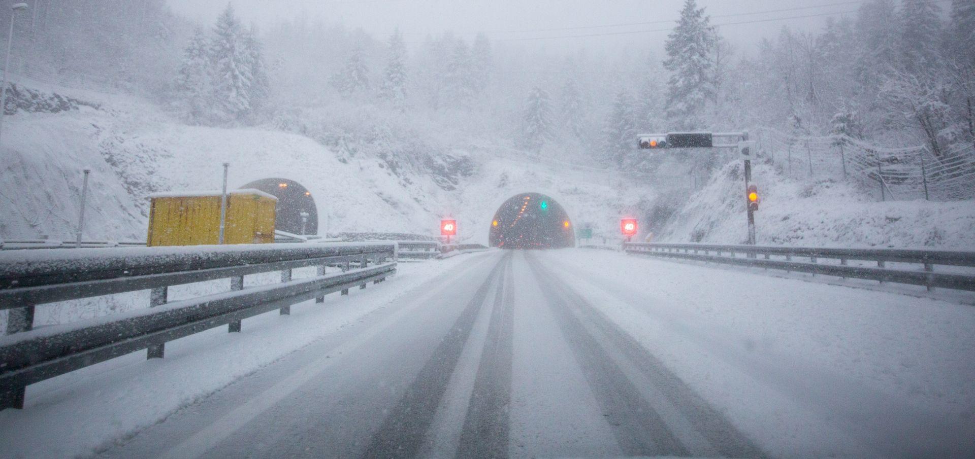 HAK Snijeg otežava vožnju, gužve na autocestama i graničnim prijelazima