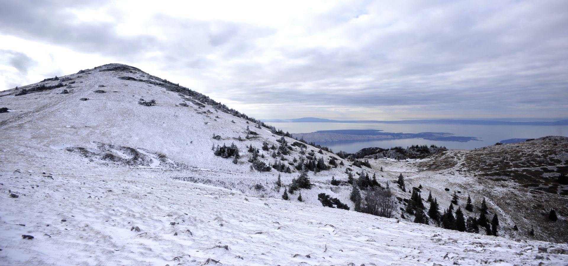 Zima u Lici pokazala zube, bura u Podgorju od 150 km/h