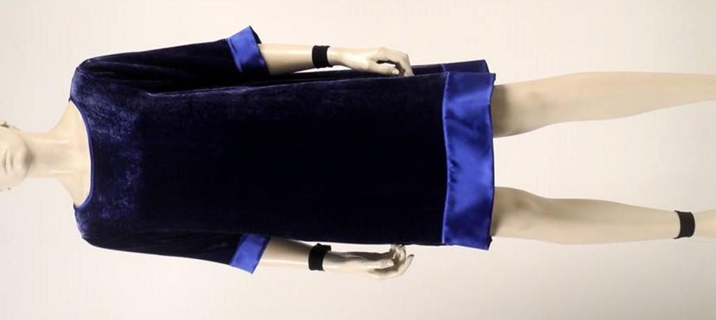 Zanimljiva baršunasto plava haljina