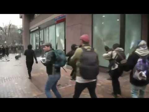VIDEO: NEREDI U WASHINGTONU Prosvjednici se sukobljavaju s policijom, oni reagiraju suzavcem i vodenim topovima