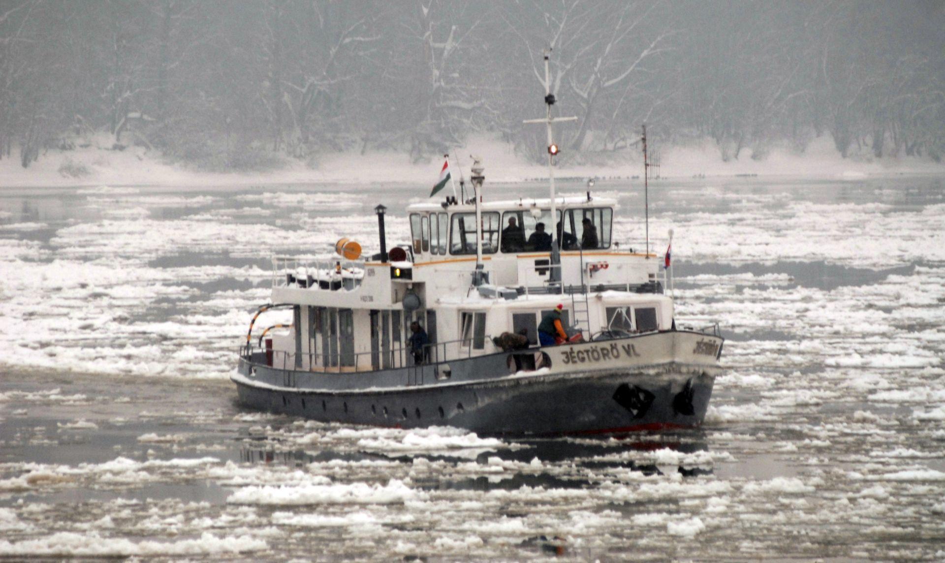 LED NA DUNAVU: Jedan ledolomac se uspješno probio do Dalja