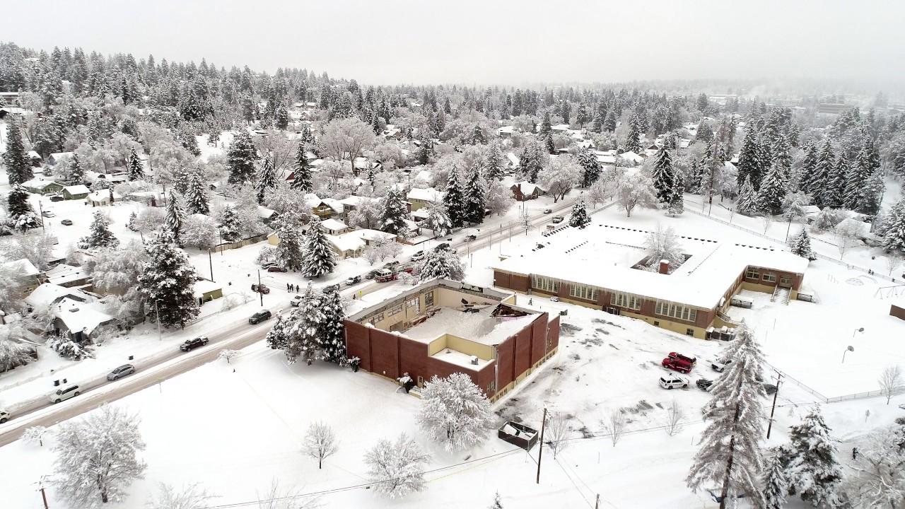VIDEO: Snijeg srušio krov škole u Oregonu